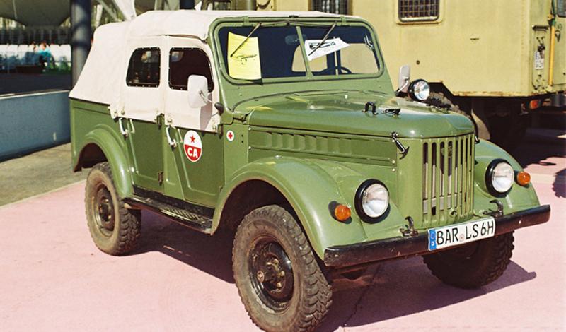 ГАЗ-69. Он же «козёл» Вскоре после войны начались изыскания, посвященные новой модели внедорожника, призванной заменить надежный, но устаревший ГАЗ-67. Первые опытные модели были выпущены ещё в 1948 году, а серийное производство ГАЗ-69 началось в 1953, на заводе ГАЗа в Ульяновске, ранее занимавшимся выпуском легендарных «полуторок».С самого начала «козел» стал выходить в двух модификациях. Первая имела две двери и кузов на восемь мест, а вторая, выходившая под названием ГАЗ-69А, имела пять дверей и пять посадочных мест. Силовой агрегат мощностью 50 ло-шадиных сил был позаимствован у только что освоенной «Победы». Правда, по тяговитости он немного уступал мотору Ивана-Виллиса, но в условиях мирного времени на это никто не обращал внимания.Автомобиль активно импортировался во все страны мира. В Румынии и в Китае он даже самостоятельно производился местными заводами, правда, без лицензии и под местным брендом. Особую популярность ГАЗ-б9 приобрел в жарких странах Африки и Латинской Америки. «Тропическое» исполнение внедорожника снискало нежную любовь военных, плантаторов и рабовладельцев из стран третьего мира. До сих пор по дождевым лесам ездят русские «козлы», хотя и несколько видоизмененные стараниями местных умельцев.