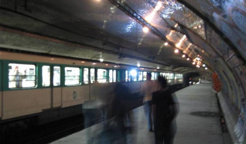 Круа-Руж Париж, Франция После начала Второй мировой войны парижский метрополитен стал работать только в центральном округе. В 1945 году почти все заброшенные станции был вновь введены в эксплуатацию или объединены с другими платформами. Единственным исключением осталась Croix-Rouge, куда сейчас, по слухам, водят экскурсии местные диггеры.