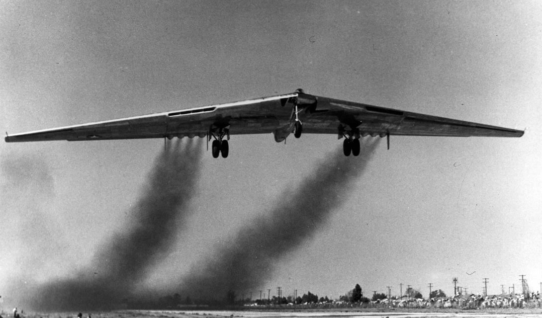 Цели создания Огромное преимущество «летающего крыла» — полное отсутствие фюзеляжа, что положительно сказывается на снижении общей массы машины. Это позволяло максимально увеличить полезную нагрузку: военным нужен был бомбардировщик, умеющий сверхбыстро атаковать цель огромной ударной мощью. К тому же, уже первые машины строились с расчетом на снижение радиолокационной защиты — до того еще никто не предполагал возможности построить настоящий самолет-невидимку.