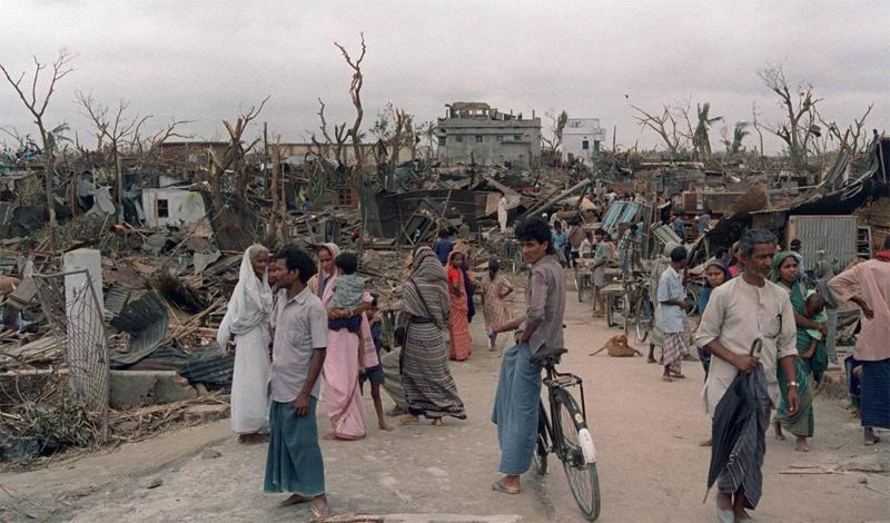 Торнадо в Даулатпуре 1989 год Смертельный смерч, радиус которого превышал 1,5 километра, наблюдатели заметили утром 26 апреля. Чуть позже этот гигант обрушился на Бангладеш. Мощи торнадо хватило, чтобы с легкостью поднимать в воздух целые дома. Людей буквально разрывало на части: всего за сутки погибло около полутора тысяч человек, еще 12 тысяч оказались в больнице.