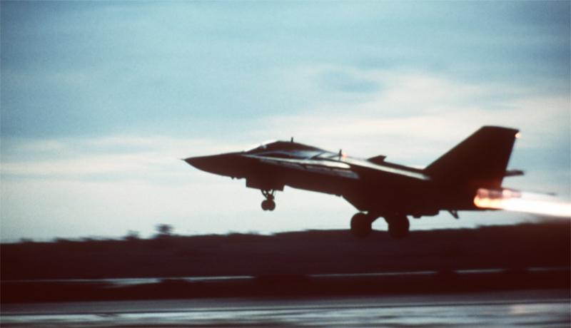 Атака Америкой Италии Причина: промах пилота В 1986 году, ливийские террористы предприняли удачную атаку на один из немецких баров. Президент США, Рональд Рейган, решил не спускать это террористам с рук и ответить ударом на удар. В сторону Ливии направилось звено бомбардировщиков, но атака не удалась. Посреди Средиземного моря, один из пилотов заметил странную струю пара и тут же решил, что под ним — ливийская подводная лодка. Вопрос о том, есть ли у ливийцевподводные лодки в принципе, его не волновал. Да и загадочный пар посреди моря всегда был предвестником опасности: то ли морской змей, то ли Годзилла — лучше не рисковать. В общем, все звено скинуло бомбы над этой точкой и триумфально вернулось на базу. Здесь, совершенно неожиданно, выяснилось, что бомбежке подверглась вовсе не ливанская субмарина, а мирный итальянский вулкан Эмпедокл. К счастью, итальянская сторона не стала выдвигать претензий.