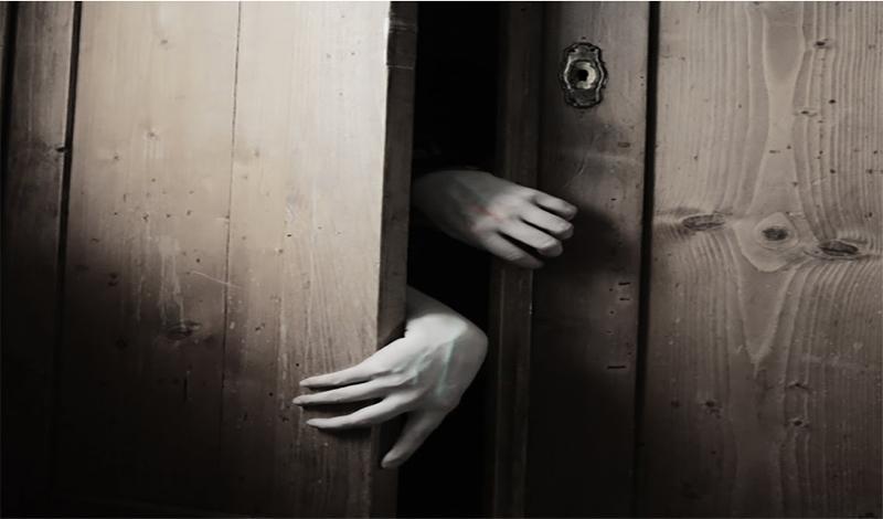 Игра в шкаф Целью игры является призыв жуткого демона. Правил тут немного: рискующий должен зайти в темный шкаф (да побольше!) и, держа перед собой не зажженную спичку произнести: «Покажи мне свет, или оставь в темноте». После этого должен раздастся шепот. Если вы его и в самом деле услышите, то дальше варианта только два: либо вы, в срочном порядке, записываетесь на прием к психотерапевту, либо за вашей спиной и в самом деле появился демон.