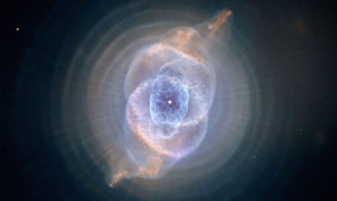 Кошачий глаз Этот снимок подарил любителям конспирологических теорий телескоп Хаббл. Со стороны облако космической пыли напоминает глаз кошки.