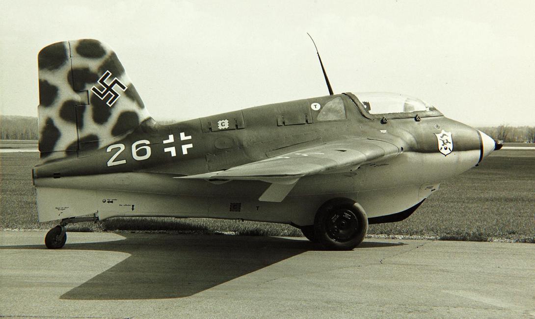 Messerschmitt Me 163 Komet К концу 1930-х годов, немцы разработали уникальный проект Messerschmitt Me 163 Komet: оснащенный ракетным двигателем самолет, который развивал до 700 миль в час. Всего военное небо увидели целых 300 экземпляров Me 163 Komet, но большой пользы эта эскадра не принесла. Комета была слишком быстра для артиллерии противника — но и для атаки на вражеские самолеты тоже подходила мало.