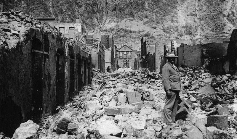 Извержение вулкана Мон-Пеле 1902 год 8 мая 1902 года вулкан Мон-Пеле, мирно дремавший уже на протяжении десятков лет, неожиданно взорвался. Извержением эту катастрофу назвать просто нельзя: потоки лавы и куски породы буквально уничтожили главный порт Мартиники, Сен-Пьер. Всего за несколько минут погибли целых 36 000 человек.