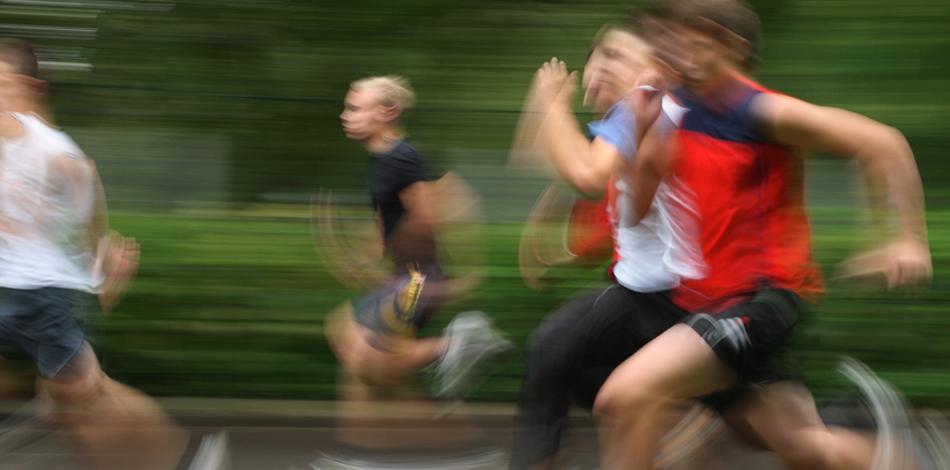 Руки Настоящий марафонец никогда не пренебрегает тренировкой рук, поскольку понимает — без этого дистанцию не взять. Помимо баланса, который поддерживается ритмичной работой рук, спортсмен на дистанции получает бутылки воды. момент усталости может быть так велик, что даже этой небольшой ноши хватит для того, чтобы сойти с трассы.