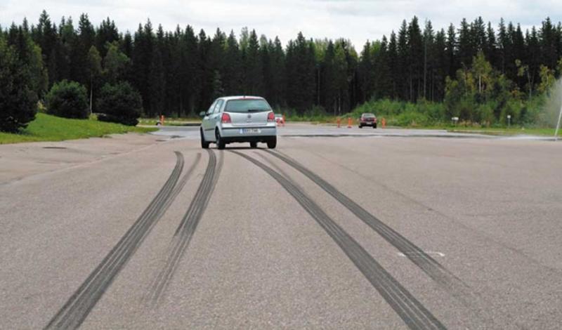 Тормозной путь Вообще, очень многое можно определить по следам, которые оставляет автомобиль. Если для проверки выхлопной системы достаточно будет заткнуть трубу ветошью, то тормозной путь покажет состояние тормозной системы. Если автомобиль после резкого торможения показывает следы неравномерного тормозного пути — стоит насторожиться.