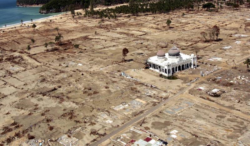 Цунами в Индийском океане 2004 год Подводное землятресение, случившееся 26 декабря 2004 года, вызвало цунами невероятной силы. Само землятресение признали третьим по уровню за всю историю вообще. Цунами с волнами, высота которых превышала 15 метров, обрушилось на берега Индонезии, Шри-Ланки, Таиланда и унесло жизни более, чем 250 000 человек.