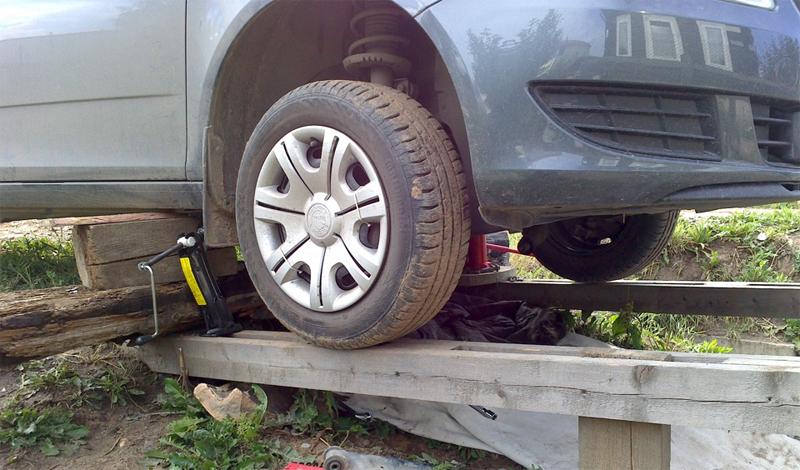 Колеса и руль Чтобы проверить колеса на предмет люфта, каждое из них нужно поднять на домкрат и попробовать раскачать, при заблокированном руле. Малейший люфт будет показывать неисправность подвески, или рулевого колеса.