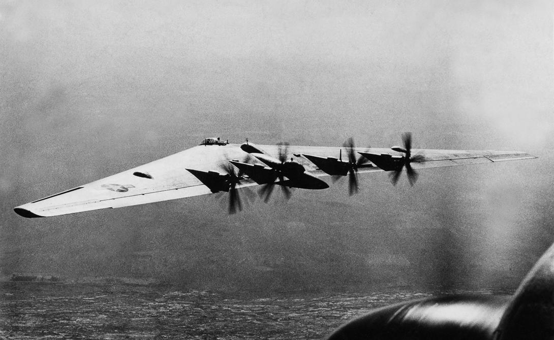 Катастрофы Хотя первые испытания были довольно успешными, в дальнейшем, машина YB-49 показала себя очень ненадежной. Первый самолет военные потеряли 5 июня 1948 года — пилот, Даниэль Форбс, не смог справиться с управлением. Погибли все члены экипажа. Следующая катастрофа случилась всего через несколько месяцев: внешние секции крыла YB-49 просто оторвало, а пилота вытащило из машины ветром. Примечательно, что о такой возможности предупреждал летчик-испытатель Роберт Карденас, но конструктор, Джек Нортроп, заявил о невозможности подобного поведения своего детища.