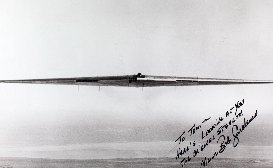 Новая эра: B-2 Spirit Несмотря на это, в 1980-ом году концепция была пересмотрена. Понимание того, что гладкий профиль летающего крыла сделает самолет менее заметным для радаров, сыграло ключевую роль. Это понимание, наравне с достижениями в области электронной стабилизации, привело к созданию знаковых моделей стелс-бомбардировщика B-2 Spirit, долгое время считавшимся практически неуязвимым самолетом.
