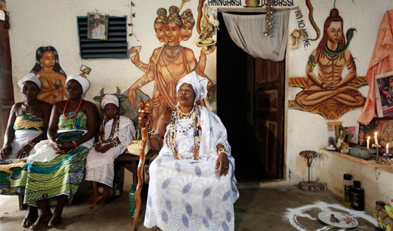 Гаитянский привет Наибольшее распространение новый культ получил во французских колониях — Луизиане и Гаити. Здесь вуду обзавелся всеми атрибутами любой уважающей себя религии — церковью, устоями и собственными святыми. Но последователям культа все равно приходилось скрываться от колониальных властей, пока в 1804 году не грянула Гаитянская революция. После нее любая попытка миссионерской деятельности на острове заканчивалась смертью проповедника. Лишь 60 лет спустя гаитянцы вспомнили, что без католичества не было бы и вуду, и вновь позволили представителям Ватикана прибывать на остров, но лишь с разрешения местных властей. То, что увидели прибывшие на Гаити пасторы, повергло их в шок. Католические святые практически утратили свой привычный облик, все больше напоминая низших богов вудуизма — лоа. Так, например, Дева Мария превратилась в покровительницу красоты Эрзули, а Святой Петр стал проводником между мирами Папой Легба.Ритуальные предпочтения гаитянцев мало отличались от обрядов их африканских предков. Музыка, экстатические танцы, жертвоприношения и магия. Впрочем, все это не помешало Ватикану признать в 1860 году вуду одной из разновидностей католицизма. Папа официально одобрил одержимость и ритуальные убийства животных.