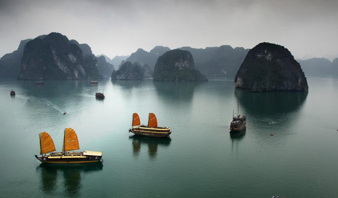 Залив Халонг Вьетнам Изумрудный бассейн, расположенный на северо-восточном побережье Вьетнама, оброс огромным количеством легенд. Местные жители считают, что залив был создан умирающим драконом, хвостом разбившим окружающие скалы.