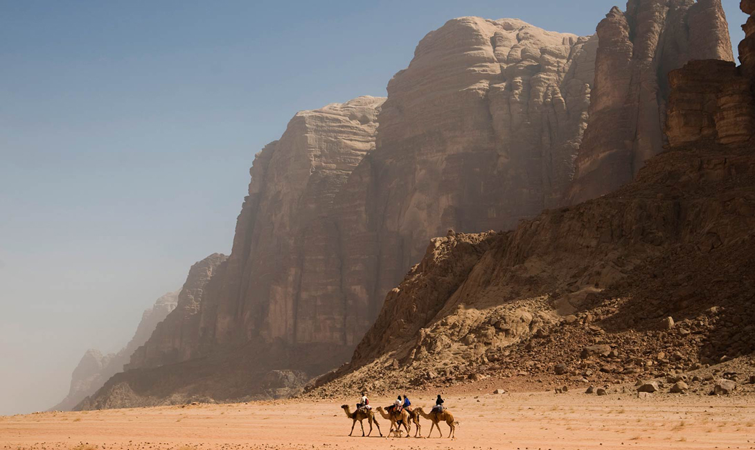 На территории пустыни любили прятаться повстанцы. Прятаться в разломах этой местности проще всего, а правительственные отряды, без хорошо подготовленного гида, имели все шансы бродить по раскаленным пескам вечно.