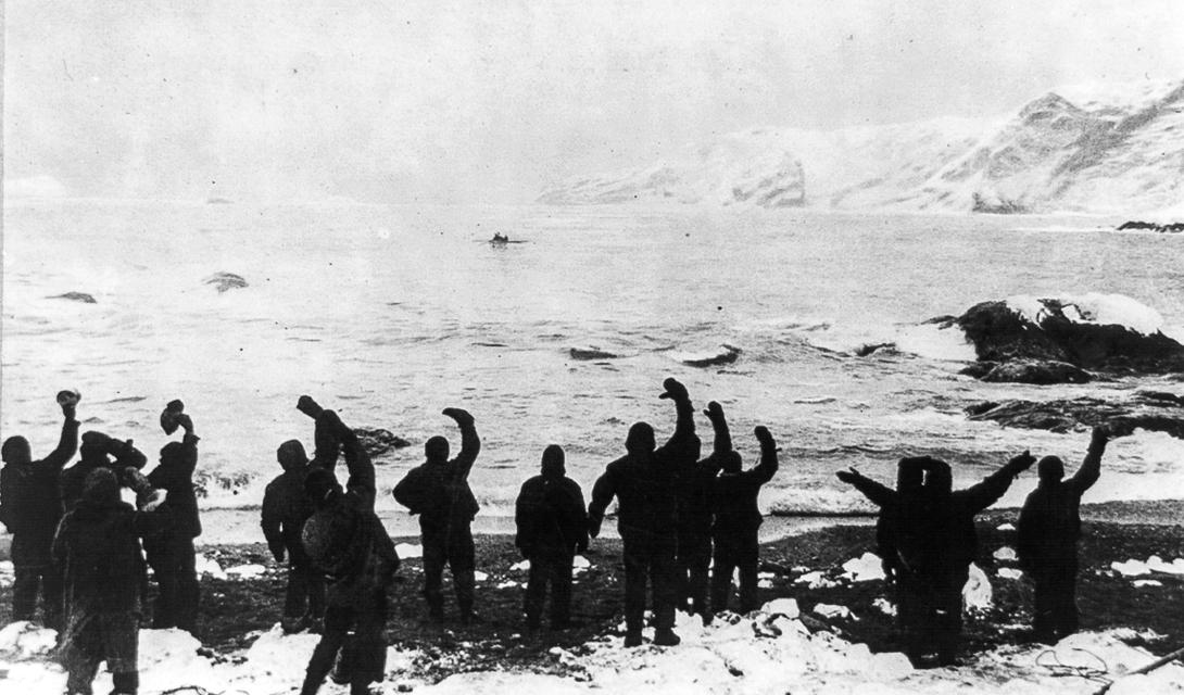 Экипаж в полном составе прощается с Джеймсом Кэйрдом, который отправился на острова Южной Джорджии в поисках спасателей.