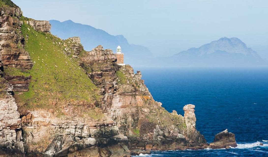 Кейп-Пойнт Южная Африка Эта поездка подойдет самым бесстрашным туристам: юго-западная оконечность мыса Кейп-Пойнт славится ураганными ветрами и огромными волнами, которые готовы смыть в океан зазевавшегося путешественника. Местный маяк официально признан самым крепким в мире.