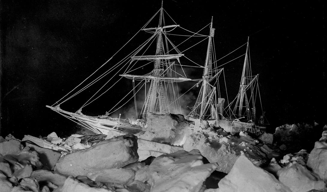 Ночной вид Endurance, корабль подсвечен палубными фонарями.