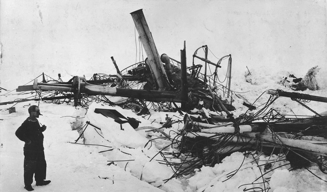 После изматывающего марш-броска, экипаж остановился во временном лагере на льду. Матросы спасали с корабля продовольственные запасы и шлюпки. 21 ноября раздавленный Антарктикой «Эндьюранс» пошел ко дну. Шеклтон дал приказ перебраться в другой лагерь: здесь, в «Стоянке Терпеливых», экипаж провел бесконечные три месяца.