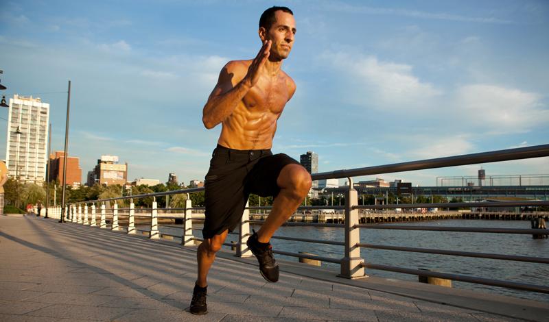 Занимайтесь комплексно Постоянные тренировки в фитнес-клубе — уже хорошо, само по себе. Если же вы добавите к железу плавание и утреннюю пробежку, то добьетесь отличных результатов гораздо быстрее: разнообразная нагрузка не дает мышцам адаптироваться, развивая рельеф, выносливость и силу одновременно.