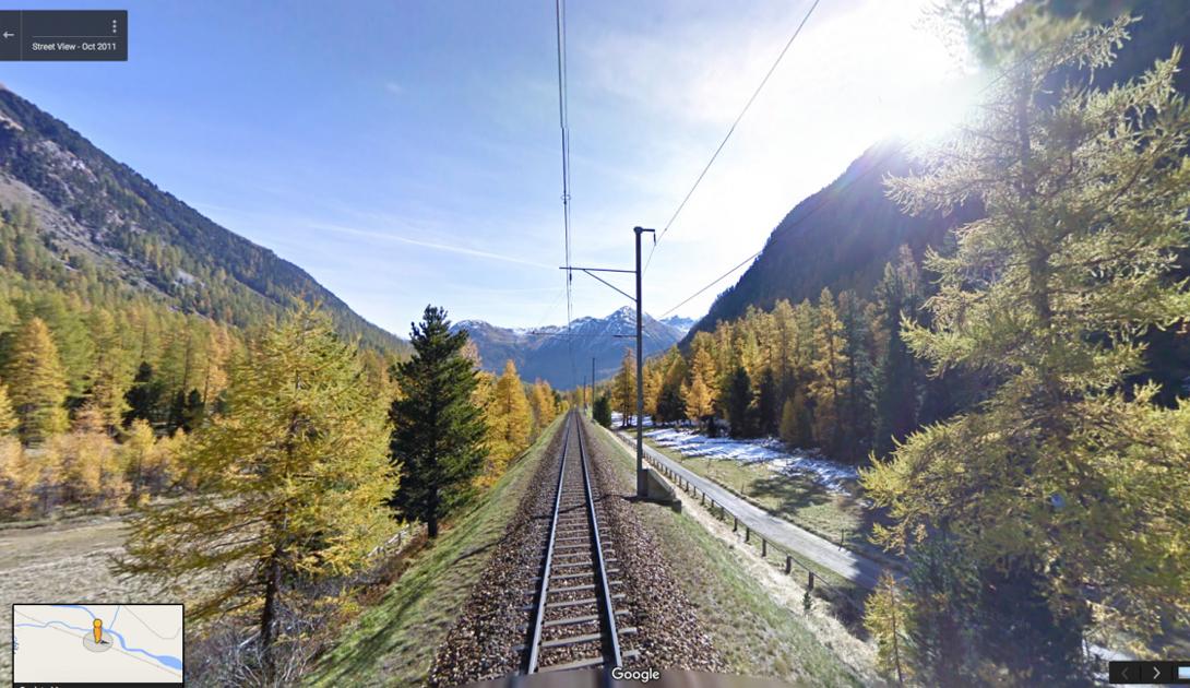 Через кантон Граубюнден, что в Восточной Швейцарии, следует поезд, из которого открываются умопомрачительные виды на Альпы.