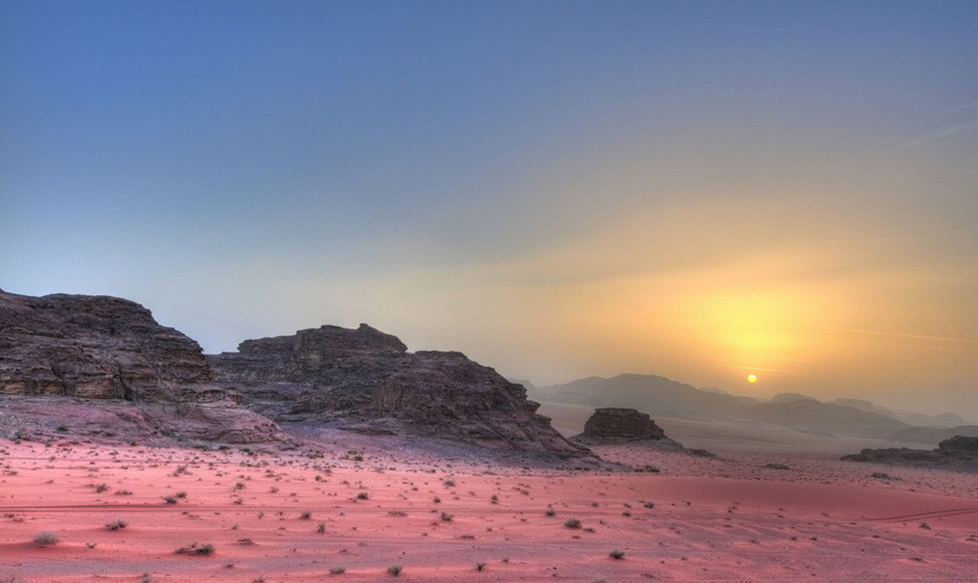 Второе имя Вади Рам — Лунная долина. Местные пейзажи своей сухой, безлюдной красотой и в самом деле напоминают Луну.
