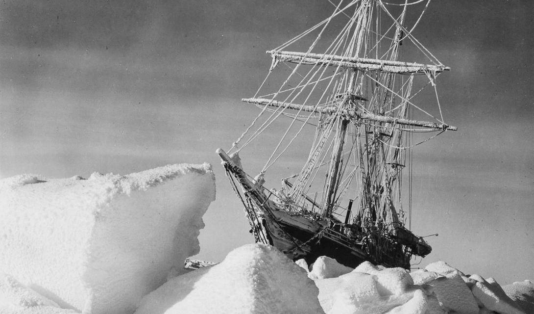Лед поднимался до высоты семи метров, льдины постоянно двигались, все крепче сжимая обшивку корабля. Шум напоминал нам о реве прибоя, который в любой момент может отправить на дно любое судно. —Эрнст Шеклтон