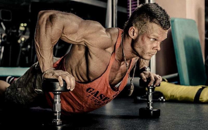 Отжимания на гантелях Отжимания на гантелях значительно увеличивают нагрузку на мышцы груди, за счет увеличения амплитуды движений. А чем интенсивнее будет выполняться упражнение – тем эффективнее будет сжигаться жир. Прими исходное положение и поставь руки на гантели. Опускайся до тех пор, пока грудь не окажется где-то на 3 см ниже кистей. Вернись в исходное и повтори еще 9 раз – это будет один подход. Всего нужно выполнить 3 таких, по одной минуте отдыха между подходами.