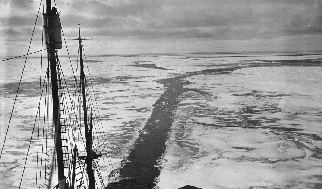 «Эндьюранс» пытается прорваться сквозь паковые льды.