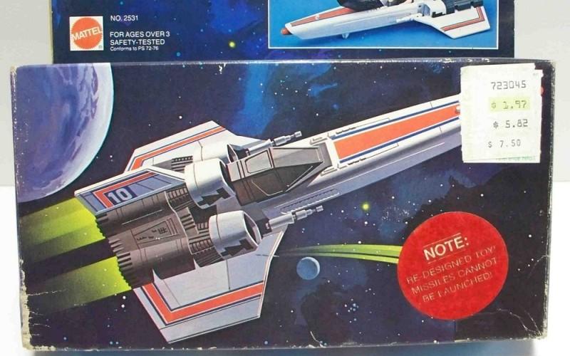 Battlestar Galactica Colonial Viper Удивлялись когда-нибудь, почему на многих игрушках, размерами меньше мяча для тенниса, стоят предупреждения об угрозе удушья? Благодарить за это стоит компанию Маттел, создателей игрушек по сериалу Звездный крейсер Галактика. Машинка Viper «Гадюка» была оснащена ракетницей – ничего необычного для игрушек того времени. Но в 1978 один четырехлетний ребенок выстрелил себе из нее прямо в рот и задохнулся. Гадюка была изъята из продажи, на Маттел подали в суд, а на упаковках с игрушками с тех пор стоят предупреждающие наклейки.