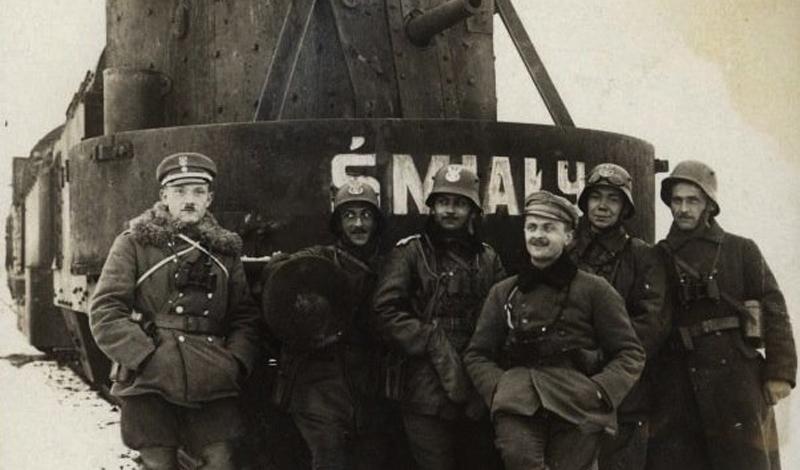 Этот польский бронепоезд, Smialy, стал одним из самых узнаваемых проектов своего времени. Установленная на локомотиве поворачивающаяся оружейная платформа с легкостью очищала путь всему составу.