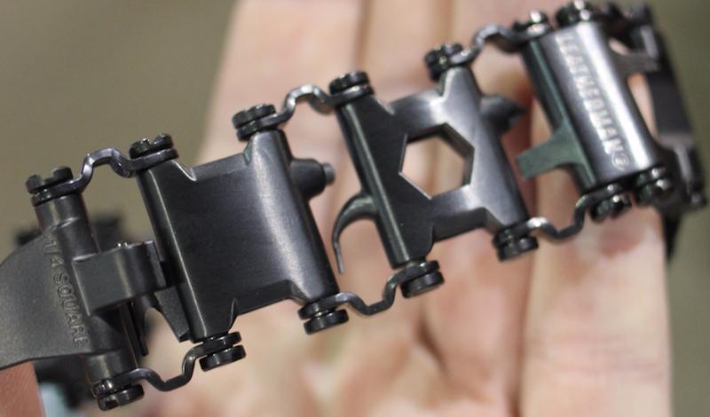 Leatherman Tread Эта простая на вид, стильная штуковина способна выручить из самых сложных ситуаций. Браслет состоит из взаимозаменяемых звеньев, разная компоновка которых позволяет создавать разные инструменты — от гаечного ключа до стеклобоя с карбидным наконечником.