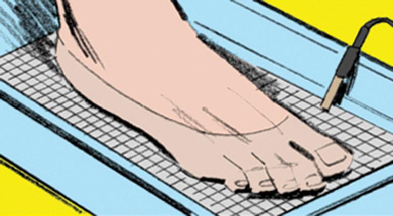 Шоковая терапия Способ второй, опасный. Ученые Питтсбург-колледжа выяснили, что легкий электрический шок способен уменьшить потовыделение. Просто поместите ваши ладони (или ступни) в воду и пропустите через нее не сильный ток. Двадцатиминутного сеанса хватит на целую неделю.