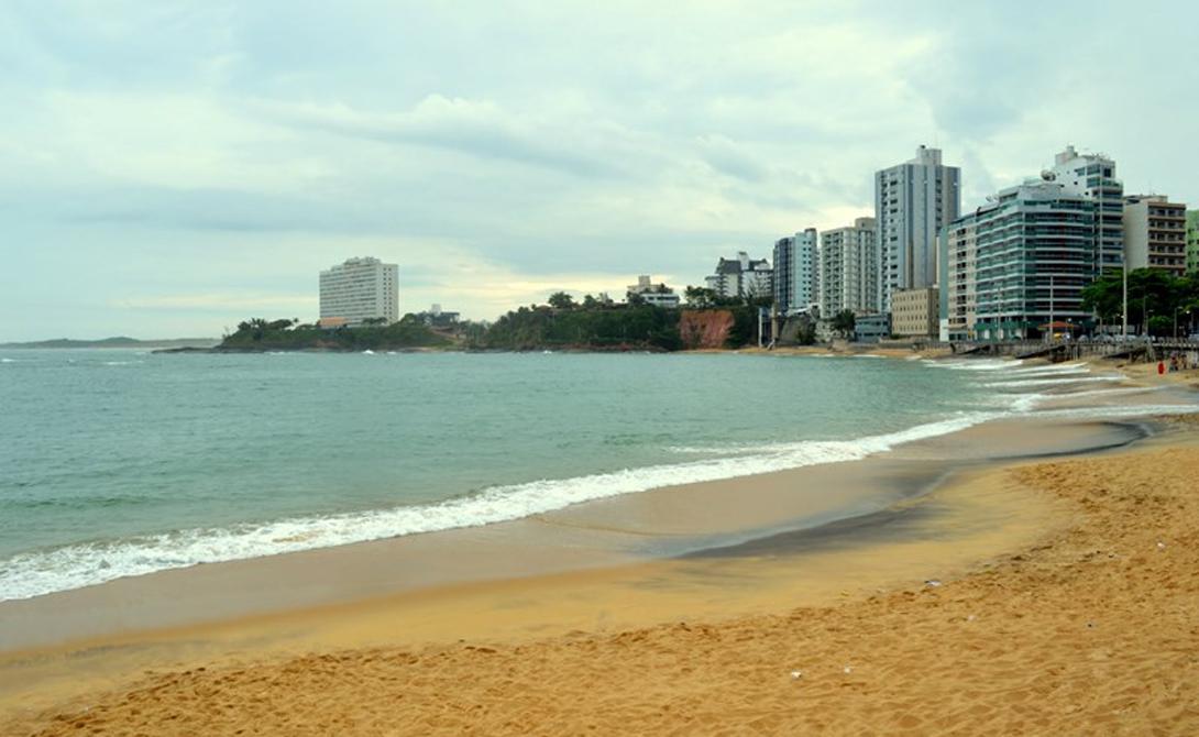 Гуарапари Бразилия Радиационный фон Гуарапари держится в пределах нормы, если не брать замеры на одном из его популярных пляжей. Они усыпаны так называемыми «пятнами смерти»: уровень радиации здесь чрезвычайно высок из-за эрозии прибрежных гор. Местные породы весьма богаты монацитом, содержащим уран и торий.
