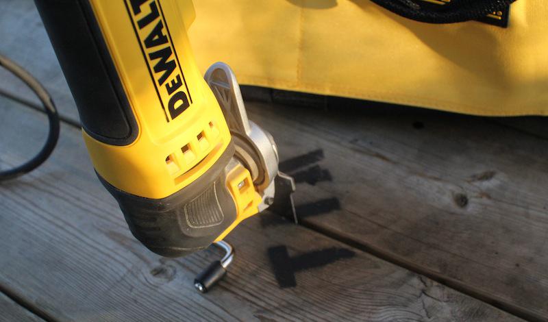Электрический мультитул Электрический мультитул способен заменить сразу несколько серьезных инструментов и даже стать полноценной заменой целому набору привычных приборов. К примеру, разработка DeWALT, модель DWE315K, умеет быть шлифовальной машинкой, ножовкой, пилой по дереву, точильным прибором и скобелем — хватит на любую бытовую работу.