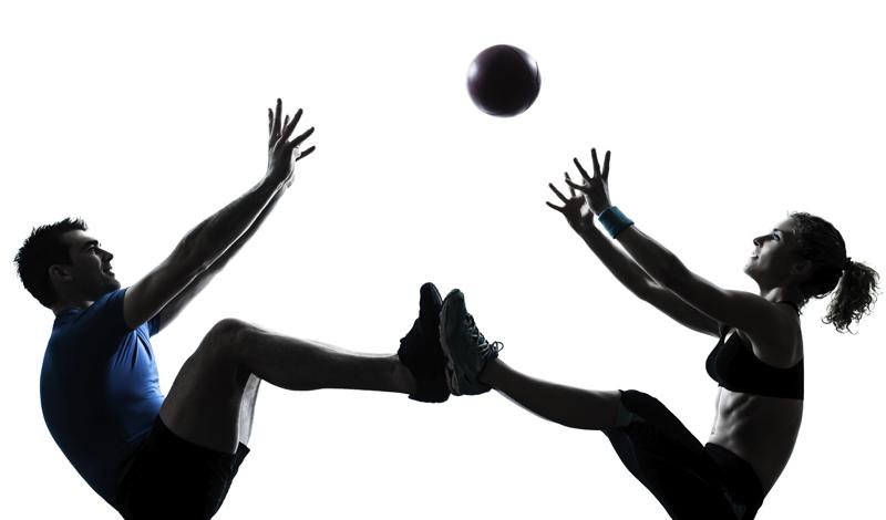 Воркаут в паре Один из лучших типов тренировок — тренировка с партнером. Установите соревновательный темп и вы увидите, как не хочется отдать ни одного очка даже лучшему другу. В качестве упражнений подойдет стандартная сцепка отжимания-подтягивания-пресс, выполняемая комплексно, с короткими перерывами между подходами.