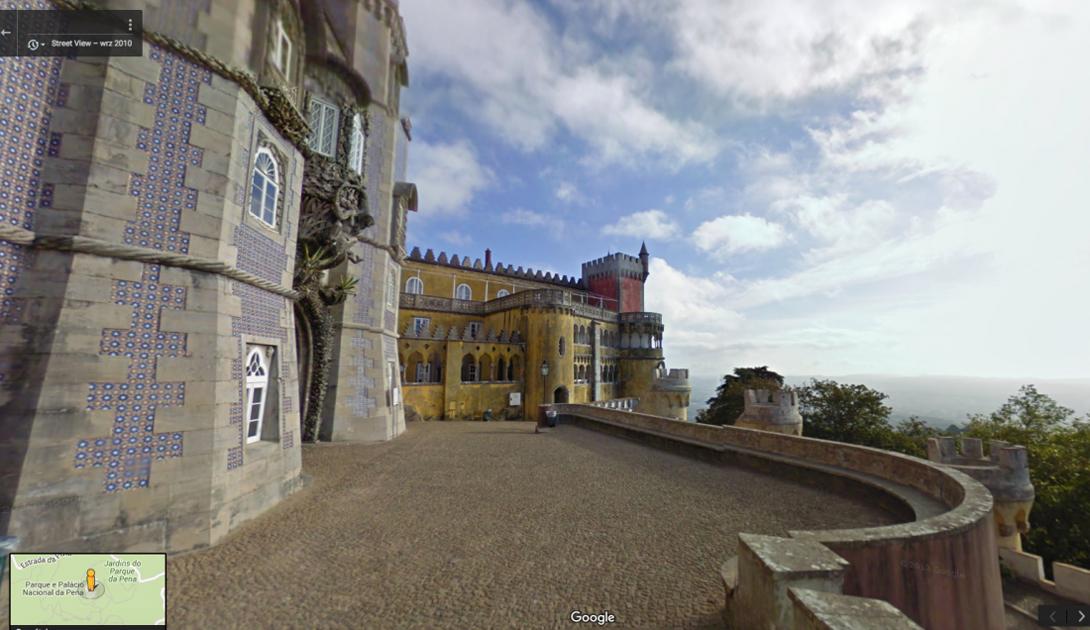 Красочный национальный дворец Пена, Португалия, был построен в 19 веке. Дворец расположен на высокой скале и отсюда открывается удивительный вид на окружающий эти земли парк.