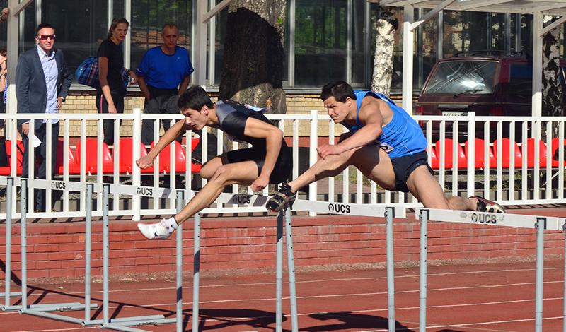 Перепрыгивать препятствия Бег с препятствиями — довольно сложный вид спорта. Тут приходится не только следить за скоростью противника, но и своевременно аккумулировать все силы для резкого прыжка через очередной барьер. Тренировки стоит включить в свою еженедельную программу: бег с препятствиями сделает ваши ноги сильными, разгонит метаболизм и значительно разовьет выносливость.