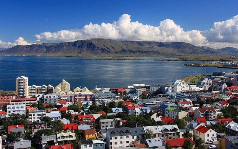Рейкьявик, Исландия Исландия – идеальное место для любителей отдыха на свежем воздухе. В Рейкьявике путешественникам предлагается вагон и маленькая тележка однодневных туров и экскурсий, которые позволяют посетить практически любой уголок страны, покрытой живописными маршрутами. Исландия часто возглавляет список самых дружелюбных стран для туристов, путешествующих в одиночку. Вся столица усеяна так называемыми кафе-прачечными, где случайные путники и местные жители вместе стирают белье, обедают, пьют кофе и делятся дорожными советами.