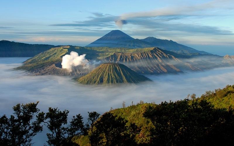 Дремлющий супервулкан Тоба На индонезийском острове Суматра находится крупнейшее на Земле вулканическое озеро, образовавшееся в кальдере вулкана Тоба 74000 лет назад, во время последнего извержения, самого сильного за последние 25 млн лет. По подсчетам, в атмосферу было выброшено около 2800 кубических километров лавы и вулканического пепла – на 12% больше, чем выбросил Йеллоустоун 2,2 млн лет назад. Активность такого мощного вулкана может иметь самые серьезные последствия для глобального климата. Но есть причина, по которой извержение Тоба выглядит еще более пугающим. На Суматре проживает более 50 млн человек, беззащитных против стихии, а сам остров находится всего в 40 км от Индийского океана, где рождаются мегацунами. И извержение большогомасштаба несомненно вызовет волну небывалых размеров. Есть предположения, гигантский вулкан может скоро вновь проснуться. Об этом ученым говорят выделение вулканических газов и нагрев почвы на поверхности Тоба.