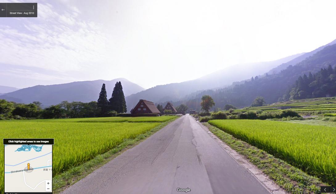 Шоссе Ширакава, Япония, проходит у исторической деревни Ширакава-го. Живописный пейзаж и домики в стиле гассе — прекрасный выбор для подробного изучения.