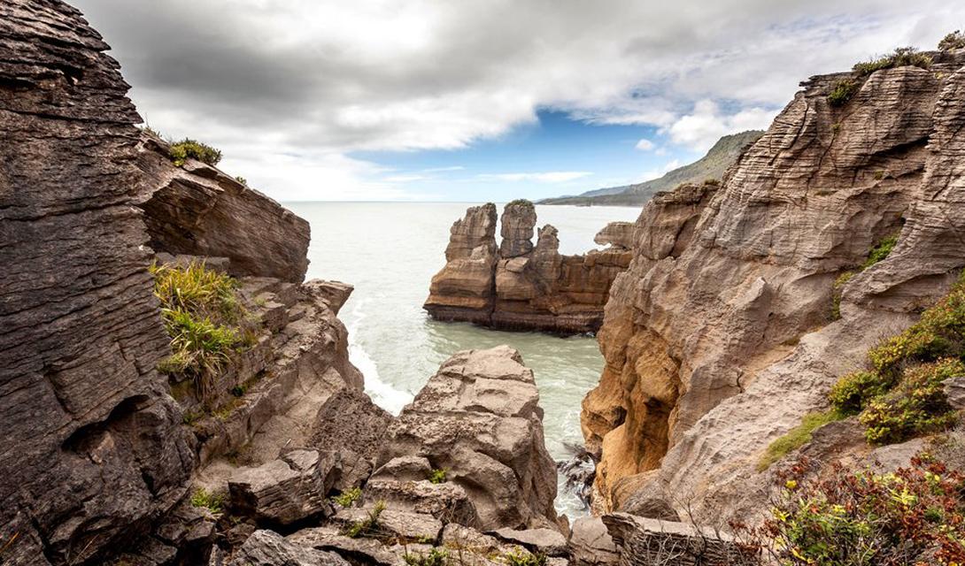 Южный остров Новая Зеландия Вся эта природная красота была показана Питером Джексоном в трилогии «Властелин колец», да так, что даже местные задаются вопросом — куда подевался Гэндальф, гномы и орки?