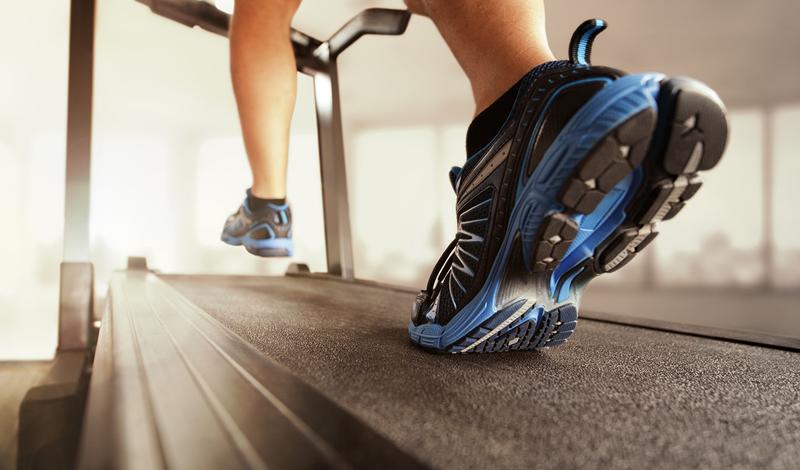 Беговая дорожка Многие люди беговую дорожку просто игнорируют, предпочитая утреннюю или вечернюю пробежку по собственному району. На самом деле, дорожка гораздо эффективнее, поскольку позволяет контролировать темп все время тренировки — нечего расслабляться во время занятий!