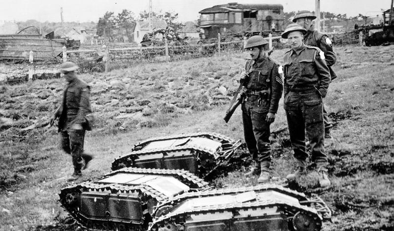 Голиаф Германия Мини-танк «Голиаф» был оснащен двумя электромоторами и мог перевозить на себе более 50 кг. взрывчатки. Управлялось это чудо инженерной мысли дистанционно, к оператору с джойстиком в руках вел кабель, который достигал почти километровой длины. Надо ли говорить, что именно этот кабель и был самым уязвимым элементом проекта? Тем не менее, танк не был абсолютно бесполезен — «Голиаф» вообще можно назвать прототипом чуть ли не каждого современного дистанционно управляемого робота.