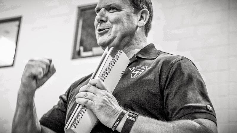 Сосредоточивайтесь на базе Кто автор: Дан Джон Чем знаменит: автор инновационной тренировочной программы Intervention, владелец крупнейшего фитнес-зала Солт-Лейк-Сити. Кардиотренировки — штука полезная, но не способная заменить полноценный силовой тренинг. Так считает Дан Джон, посвятивший большую часть жизни спортивной карьере. Он рекомендует и новичкам, и профессионалам уделять большее внимание базовым упражнениям, таким как становая тяга, жим лежа и приседания. Они не только ускоряют метаболизм, но и повышают силу спортсмена.