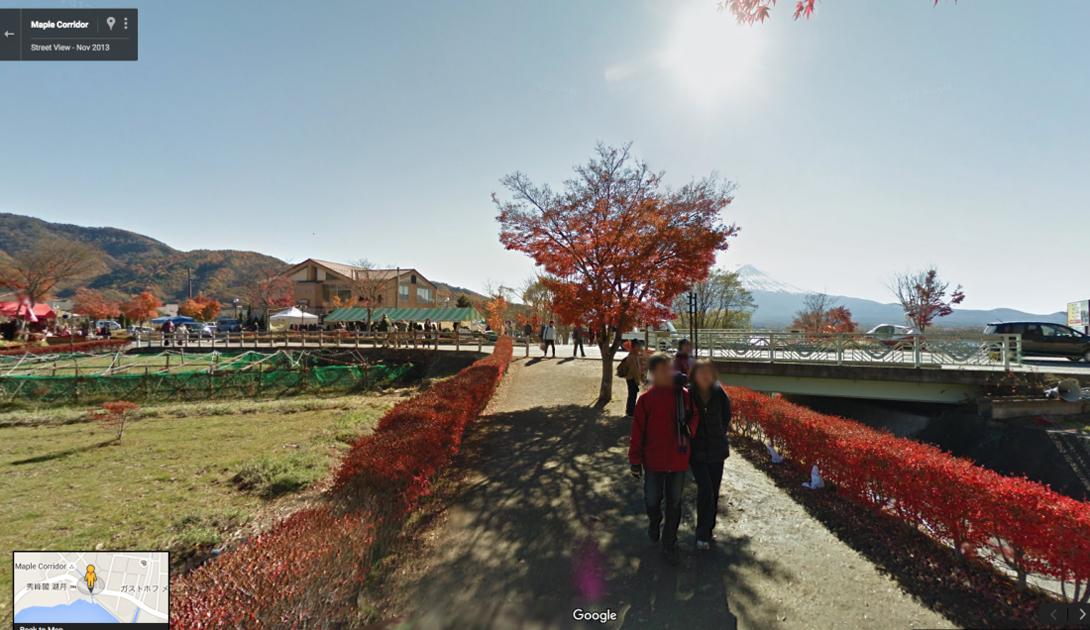 Так называемый Коридор Кленов, расположенный в префектуре Минамитсуру, каждую осень превращается в настоящую романтическую сказку. Это местечко у озера Кавагуту, откуда открывается шикарный вид на величественную Фудзи, отлично видно на панорамах Google.
