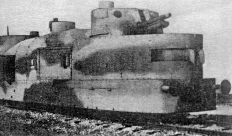 Еще один архивный снимок польского бронесостава. Smialy был изготовлен в 1919 году и успел послужить в составе вооруженных сил нескольких стран — Австрия, СССР, Германия и Польша попеременно получали контроль над этим локомотивом смерти.