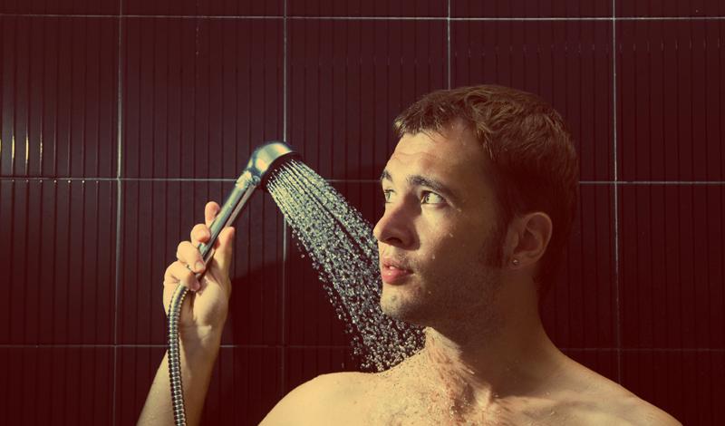 Душ силы воли Контрастный душ считается наилучшим способом не только закалить организм, но и укрепить внутренние органы. Приток крови к сосудам запускает метаболизм на более высокий уровень, укрепляется сердце, кожа становится более упругой. Кроме того, контрастный душ — отличный способ закалить и свою силу воли. Пользуйтесь следующей схемой, повторяя ее каждое утро: 10 секунд горячей воды-10 холодной-3 цикла.
