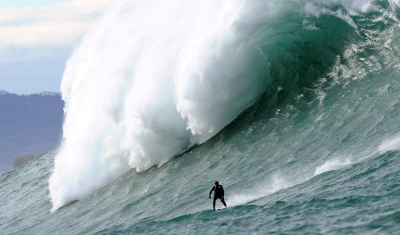 Серфинг на большой волне Волна-убийца, достигающая порой десяти метров в высоту, способна напугать кого угодно, только не профессионального серфера. Точнее, не профессионального серфера, страдающего от постоянной нехватки адреналина — именно такие парни и колесят по миру круглый год, пытаясь оседлать самую крутую волну. В неудачный сезон гибнет до 30 серферов: они тонут, разбивают головы о камни и просто пропадают без вести. Надо ли говорить, что их пример не идет впрок новым поколениям адреналиновых наркоманов?