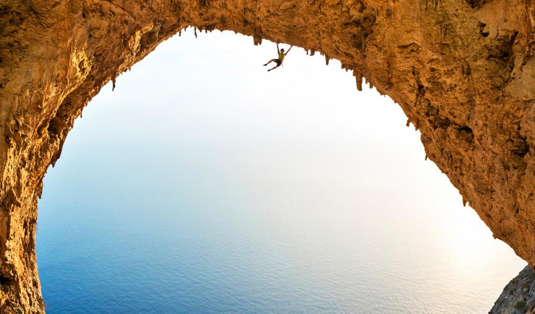 Арка титанов Профессиональный альпинист Саймон Дюверней провел несколько суток на греческом острове Телендос. Фотограф, Майкос Патитуччи, запечатлел Саймона во время преодоления Арки Титанов, эпичного природного сооружения.