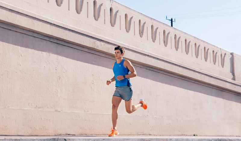 Аэробные нагрузки Аэробные тренировки могут помочь преодолеть застой. Они не только увеличат скорость метаболизма, но и значительно повысят выносливость организма. С выносливостью появится возможность работать большими весами на протяжении длительного времени — это первый шаг к победе над плато. Кроме того, аэробные нагрузки уменьшат содержание жира в организме, резче обрисуется рельеф мышц, что тоже послужит достаточной мотивацией к продолжению тренировок.